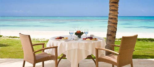 Viajes a Punta Cana -  Que ms relajante que comer a la orilla del mar?