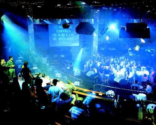 Disfruta del buen ambiente de las discotecas de Santo Domingo.