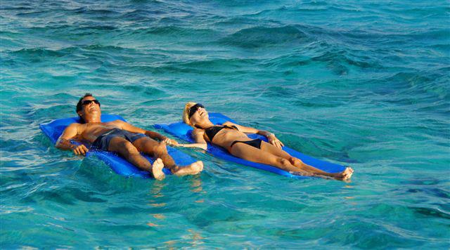 Reef Explorer Tour: toma el sol en colchones flotantes.