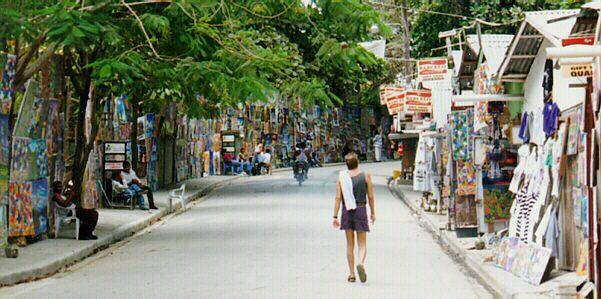Muchas tiendas de souvenirs adornan las calles de Sosúa.